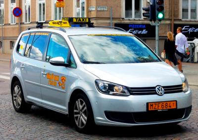 Taxibil kör genom Växjö Centrum